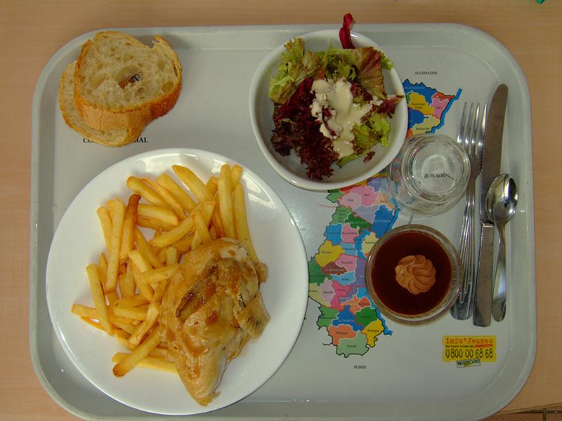 Mittagessen in der Mensa an unserer französischen Austauschschule