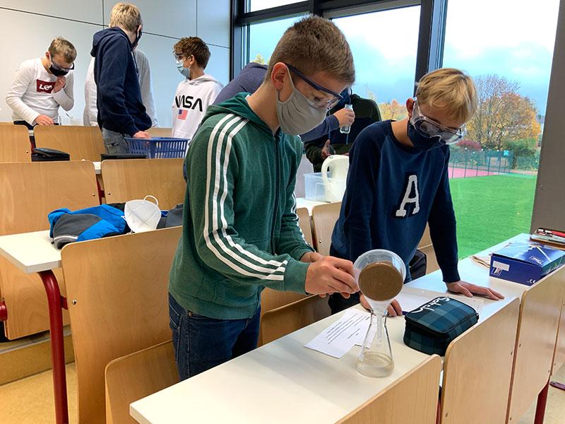 Einfach chemische Experiemente werden von den Schülern im Fach Chemie durchgeführt