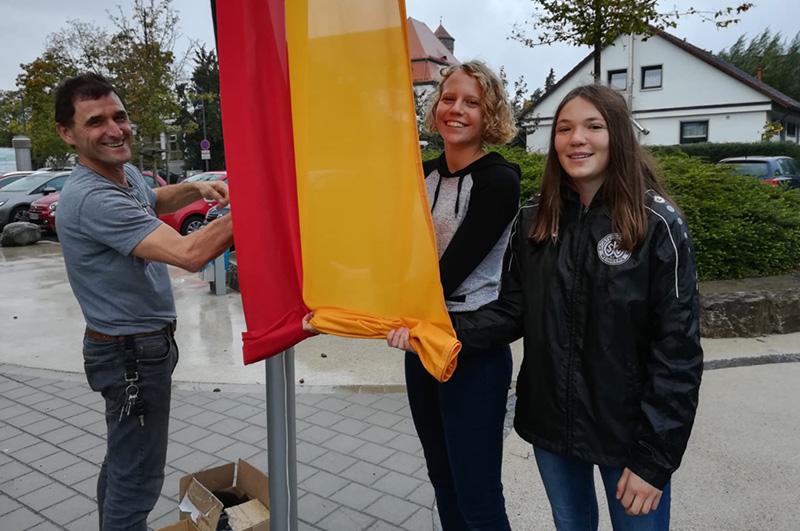 Unser Flaggenteam mit Hausmeister Roberte Raithel beim hissen der deutschen Flagge