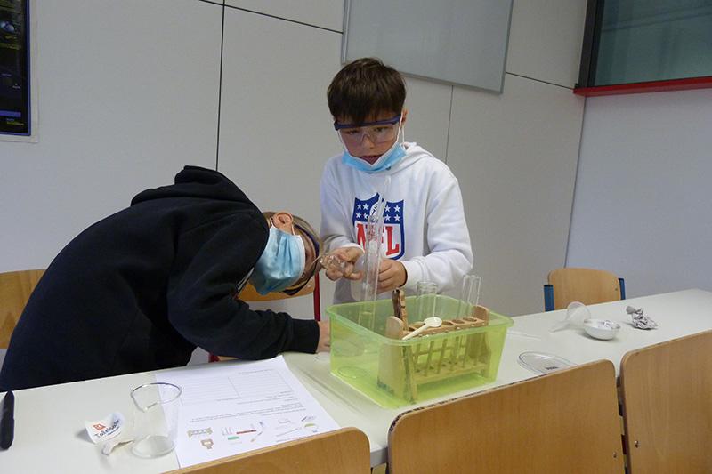 Unsere Forscherklasse beim experimentieren