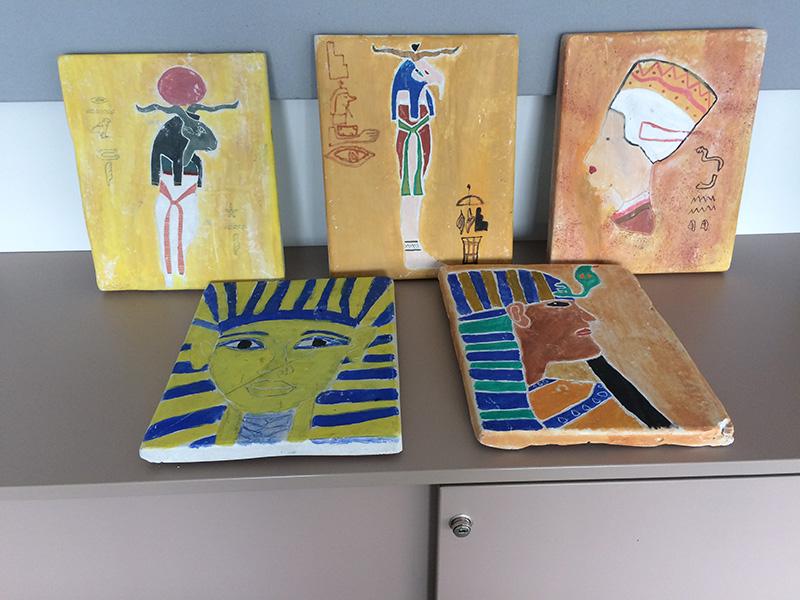 Gipsplatten mit ägyptischen Zeichnungen von den Schülern gefertigt