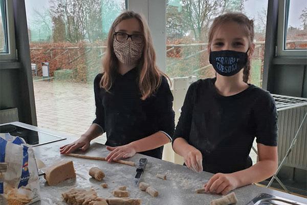 Schüler der OGTS der Oskar-von-Miller Realschule Rothenburg beim Plätzchenbacken in der Schulküche.