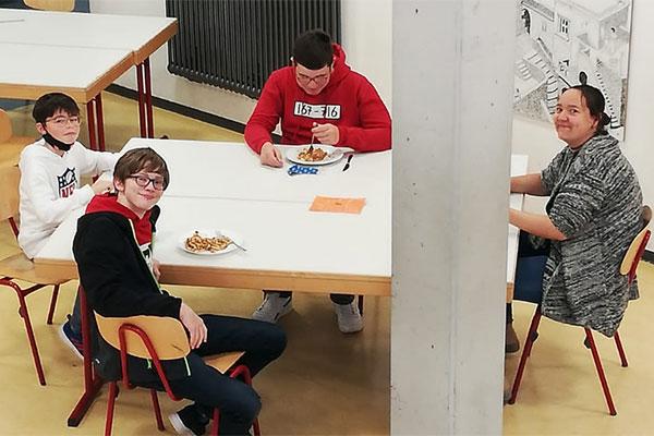 Schüler der OGTS der Oskar-von-Miller Realschule Rothenburg beim gemeinsamen Mittagessen.